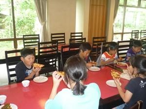 米粉ピザで昼食